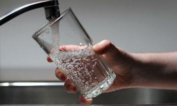 Acqua potabile con microplastiche